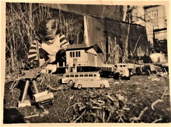 1940 YILLAR OYUNCAKLARIYLA OYNAYAN COCUK SİYAH BEYAZ FOTOGRAF