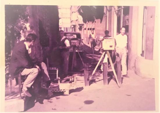 1970 Lİ YILLAR 2 ESNAF ŞİPŞAK ALAMİNÜT MAKİNA İLE SOKAK ARASINDA FOTAGRAF CEKERLERKEN